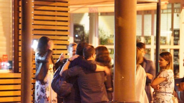 Fátima Bernandes com amigos no restaurante (Foto: Agnews)