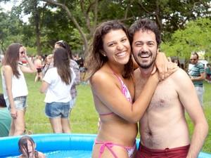 Luiza Melo, 22 anos, e Danilo Fernades, 26, ajudaram a montar as piscinas infláveis (Foto: Ricardo Moreira / G1)