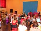 Idosos brincam o carnaval com baile de antigas marchinhas em Valinhos