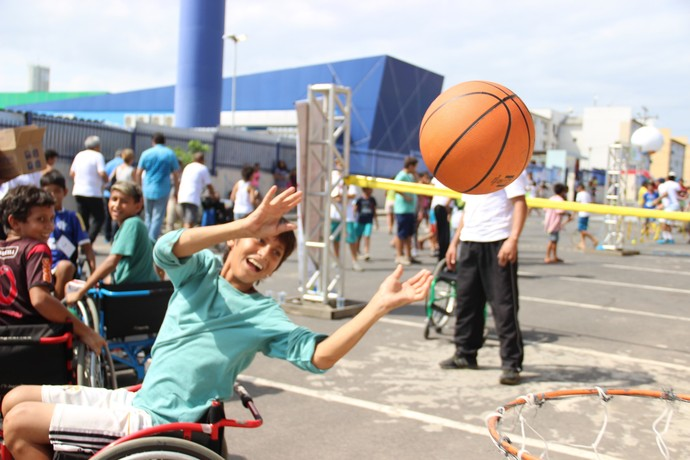 Crianças tiveram a oportunidade de conhecer esportes paralímpicos, como o basquete sobre rodas (Foto: Marcos Dantas)
