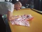 Fernando Scherer brinca com a filha em uma mesa de sinuca
