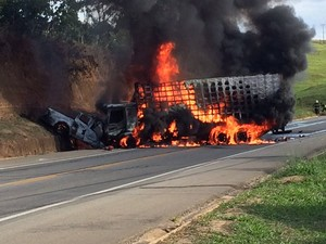 Veículos explodem após grave acidente na BR 101  Ler depois    (Foto: VC no ESTV)