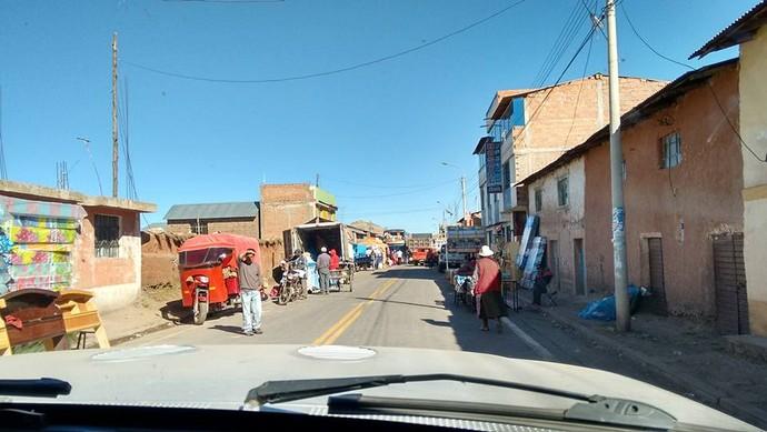 Caminho para Puno, onde o comércio é na calçada (Foto: Istepôs Aventureiros/Divulgação)