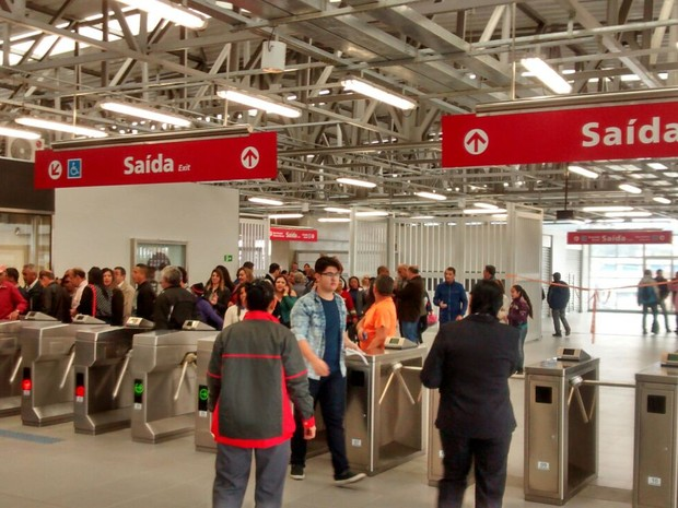 Passageiros cruzam as catracas da nova estação da CPTM em Ferraz (Foto: Maiara Barbosa/G1)