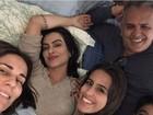 Cleo Pires ganha visita da família em set de longa