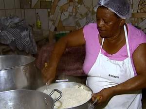 Aposentada de Leme prepara alomço há 22 anos (Foto: Ely Venâncio/EPTV)