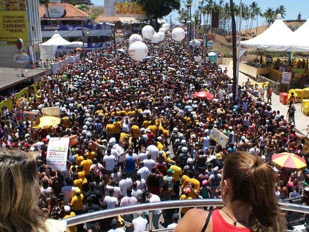 Público acompanha arrastão em Salvador (Foto: Egi Santana/G1 BA)