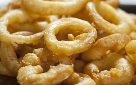 Anéis de cebola fritos com cerveja