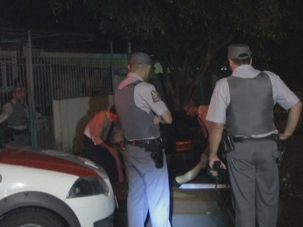 Polícia retira corpo da vítima de 25 anos debaixo de um veículo em Limeira (Foto: Lucas Claro/Rapidonoar.com)