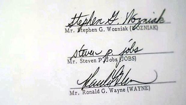 Wayne vendeu seu original do contrato assinado há 40 anos, mas manteve uma réplica (Foto: BBC)