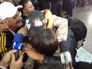 Danilo ganha beijo da namorada (Foto: Roney Domingos/G1)