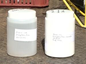Amostra da água do mar com rejeitos de mineração da Samarco, no Norte do Espírito Santo (Foto: Reprodução/ TV Gazeta)