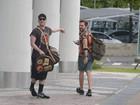 Paulo Gustavo desembarca com o marido e usa mala de R$ 8 mil