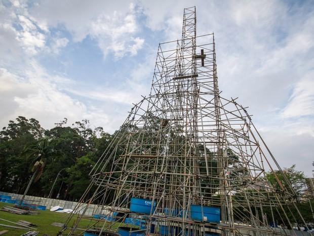 Estrutura da árvore de natal do Parque Ibirapuera começa a ser montada, na Zona Sul da cidade de São Paulo, neste domingo (Foto: DARIO OLIVEIRA/CÓDIGO19/ESTADÃO CONTEÚDO)