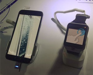 Galaxy S5 ao lado de seu companheiro, o relógio inteligente Gear 2 (Foto: Gustavo Petró/G1)
