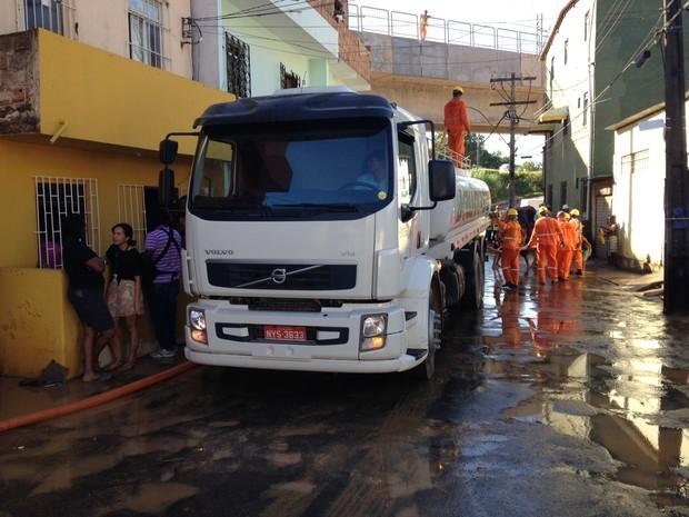 Limpeza da rua após alagamento (Foto: Ruan Melo/G1)