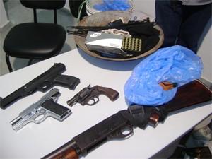 Armas foram apreendidas com suspeitos um dia depois do crime (Foto: Karoline Zilah/G1)