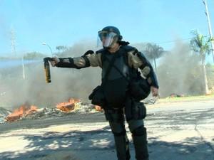 Policial atirou rajadas de spray contra jornalistas que cobriam o protesto.  (Foto: Reprodução/TV Gazeta)