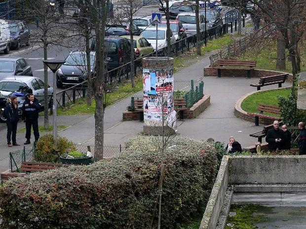 Policiais fazem buscas do lado de fora da escola em Aubervilliers, na região de Seine Saint-Denis, ao norte de Paris, após professor ser atacado por homem com objetos cortantes (Foto: Jacques Demarthon / AFP )