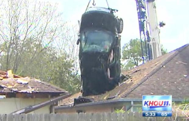 Motorista foi parar em telhados de casas após acidente (Foto: Reprodução)