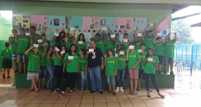 Alunos de escola pública recebem convites para jogos do Operário (Foto: Divulgação/Operário-MS)