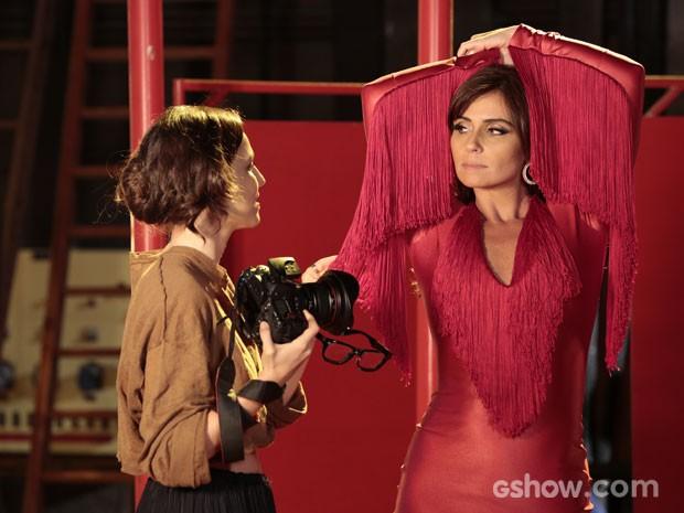 Marina dá instruções para as poses de Clara. Olha o corpão! (Foto: Felipe Monteiro/TV Globo)