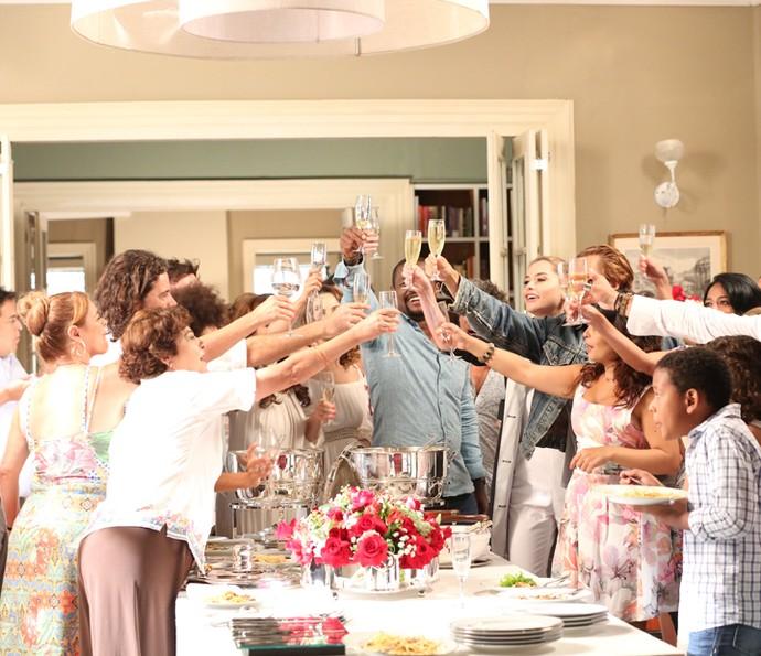 Os personagens brindam no final da trama  (Foto: Carol Caminha/Gshow)