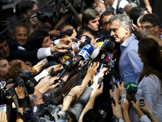 Mauricio Macri é cercado por jornalistas e eleitores ao deixar seu local de votação no segundo turno das eleições presidenciais, no domingo (22) (Foto: Reuters/Ivan Alvarado)