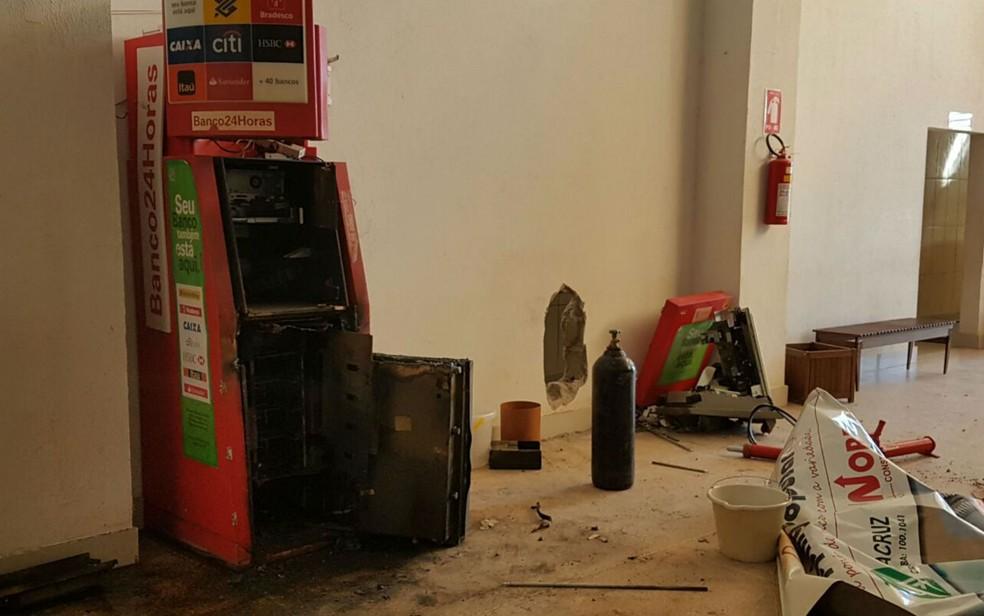 Criminosos fizeram buraco na parede para ter acesso ao local  (Foto: Weslei Santos/Blog do Sigi Vilares )