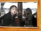 Angelina Jolie se diverte com caretas das filhas para paparazzo