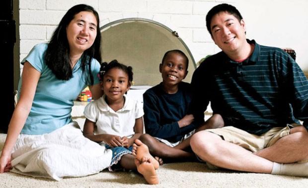Matthew e Grace Huang com Gloria e outro de seus filhos em foto sem data; eles são acusados de terem causado a morte da menina (Foto: David House Agency/AP)