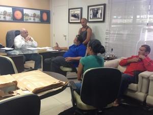 Moradores procolaram documento na OAB Seccional Roraima; texto pede ajuda à Comissão de Direitos Humanos (Foto: Emily Costa/ G1 RR)