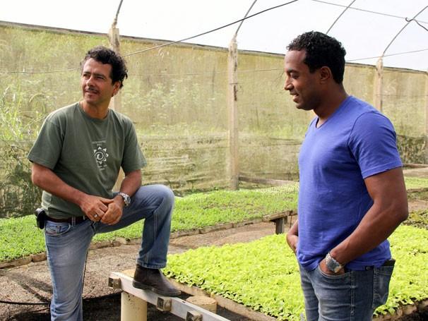 Marcos Palmeira e Alexandre Henderson gravam reportagem para o Globo Ciência sobre o combate a pragas na agricultura (Foto: Divulgação/Lucas Conrado)