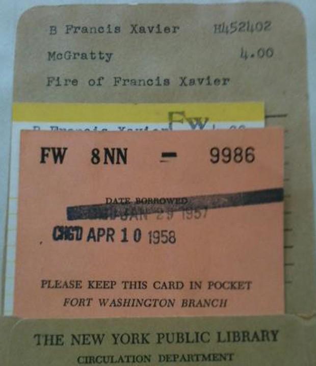 Cartão que acompanha volume mostra registro de empréstimo de abril de 1958 (Foto: Reprodução/NYPL)