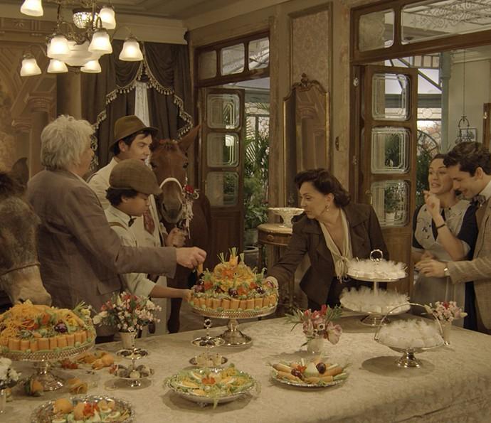 Todos comemoram o casório de Policarpo e Rita Hayworth (Foto: TV Globo)