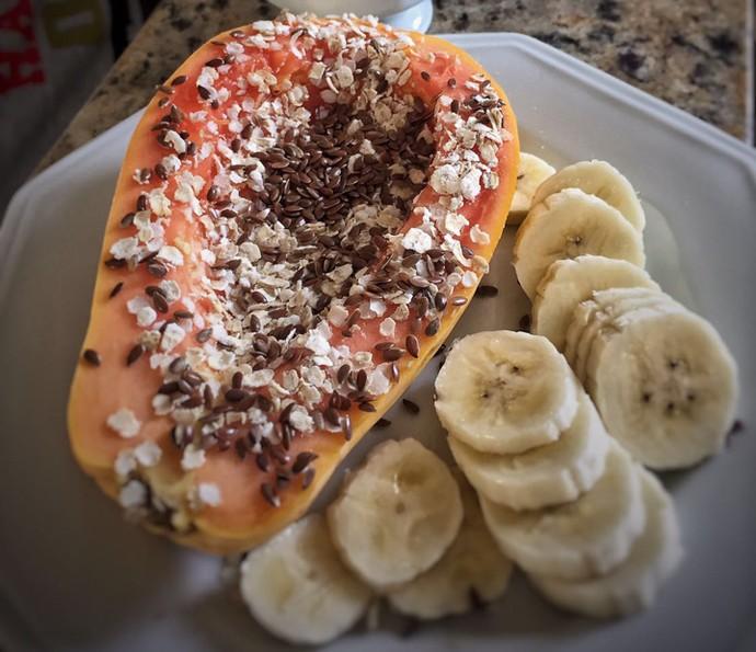 Renata Longaray come frutas no fim de semana (Foto: Arquivo Pessoal)