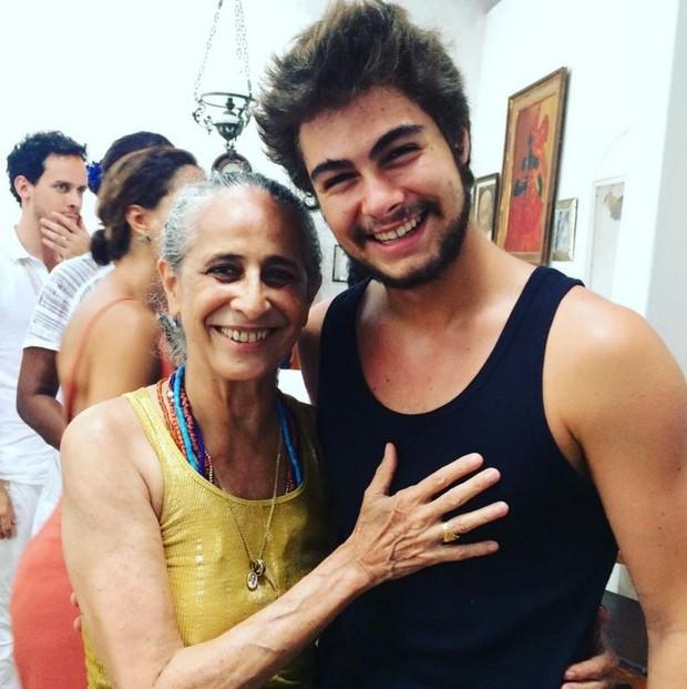 Rafael Vitti com Maria Bethânia, que cantará a música-tema de Velho Chico (Foto: Reprodução/Instagram)