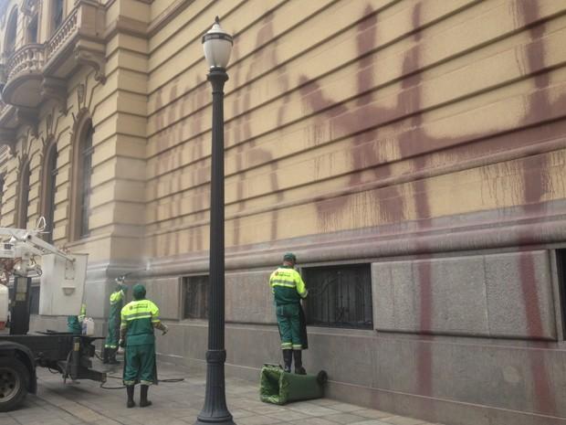 Funcionários limpam Theatro Municipal (Foto: Letícia Macedo/ G1)