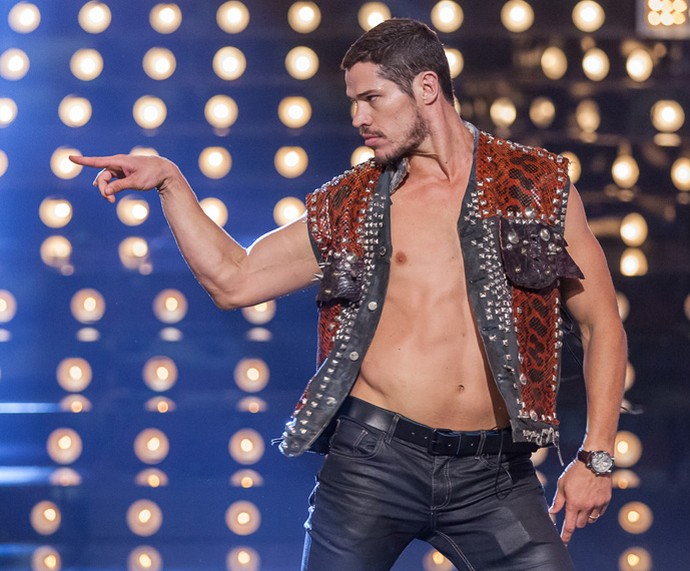 Ai que calor! Zé Loreto se diverte no palco do Amor & Sexo (Foto: Artur Meninea/Gshow)