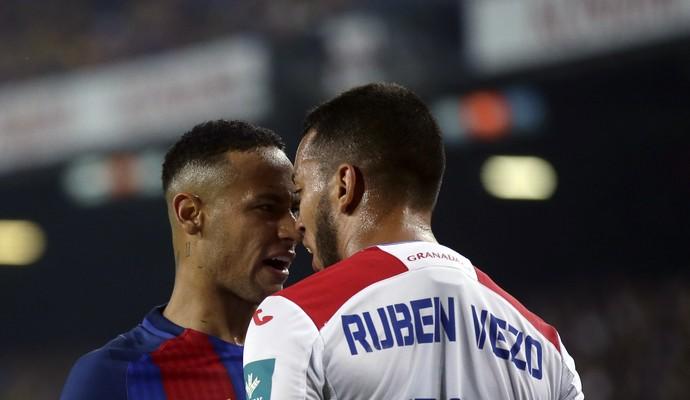 Neymar discute com Vezo durante Barcelona 1 x 0 Granada (Foto: Manu Fernandez/AP)