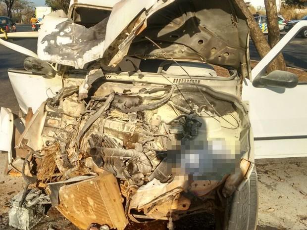 Fiat Uno ficou completamente destruído após colisão contra árvore, em Goiânia, Goiás (Foto: Divulgação/Dict)