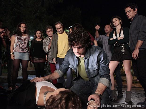 Bento vê a it-girl 'desmaiada', enquanto Giane faz cara de que já sacou a armação (Foto: Sangue Bom/TV Globo)