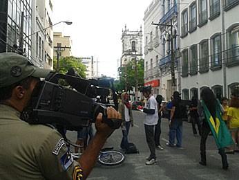PM usa câmera para filmar caminhada no Recife (Foto: Luna Markman / G1)