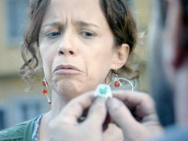 Lorraine não quer devolver o anel  (Foto: Império/TV Globo)