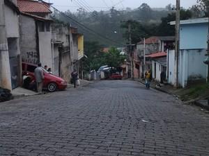 Segundo testemunhas, ônibus tentou passar entre dois carros e prensou menino em Santa Isabel. (Foto: Sandra Redivo/TV Diário)