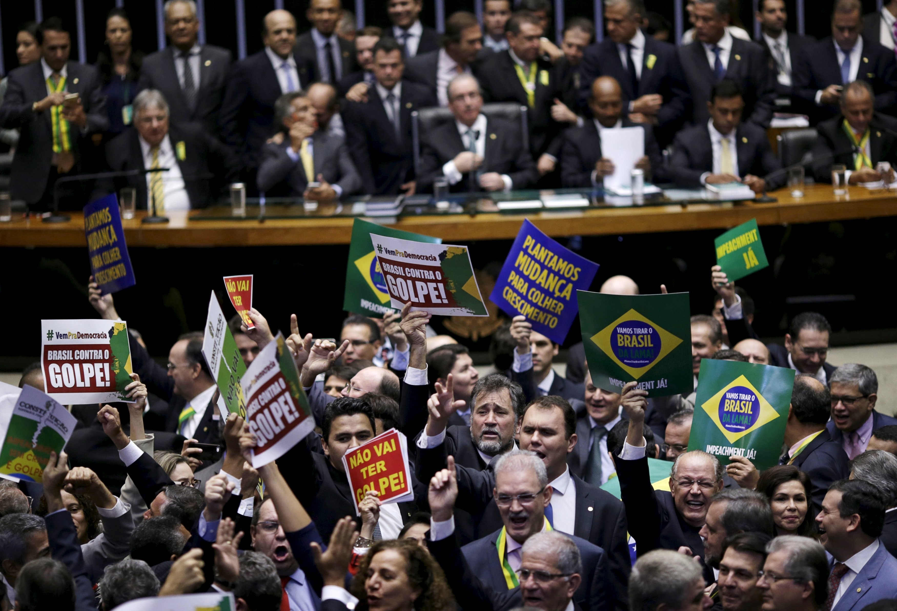Congressistas contra e a favor do governo Dilma Rousseff