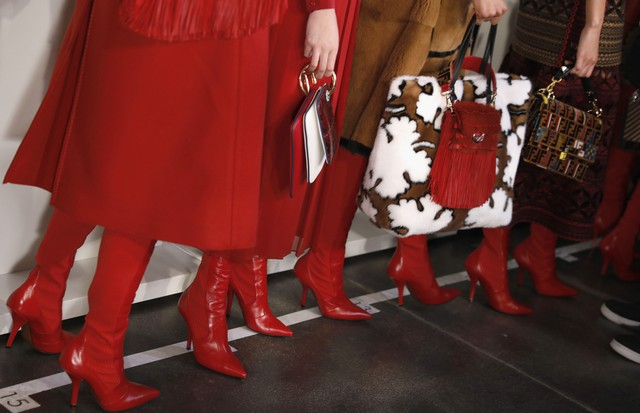 Karl Lagerfeld combinou os looks de inverno 2018 da Fendi a botas vermelhas acima do joelho (Foto: Getty Images)