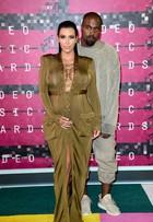 Grávida, Kim Kardashian é traída em foto e mostra demais em 'red carpet'