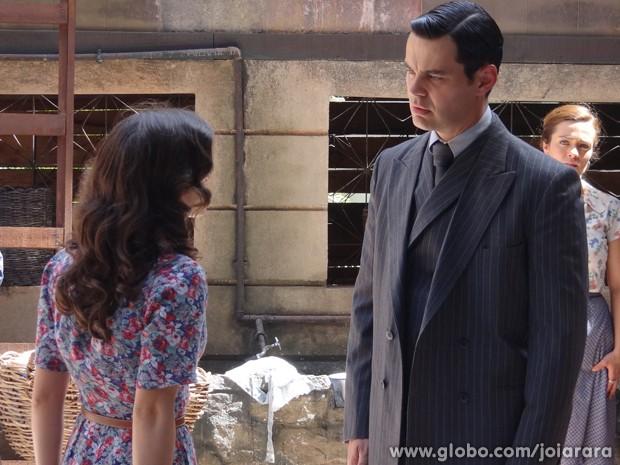 Manfred vai procurar Amélia no cortiço (Foto: Joia Rara/TV Globo)