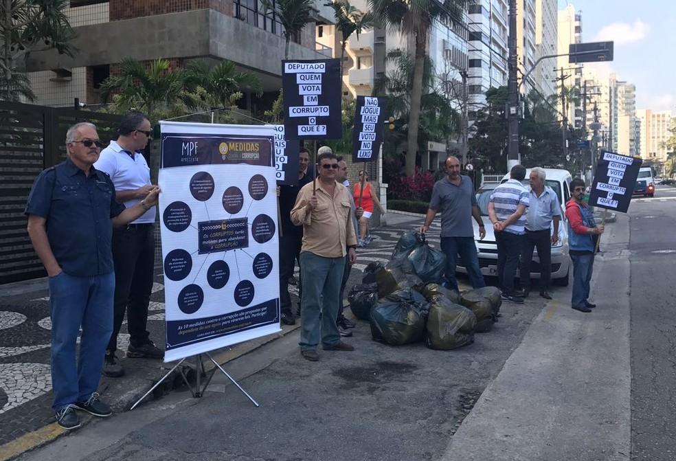 Grupo ficou cerca de uma hora em frente ao prédio onde mora Beto Mansur (Foto: José Claudio Pimentel/G1)